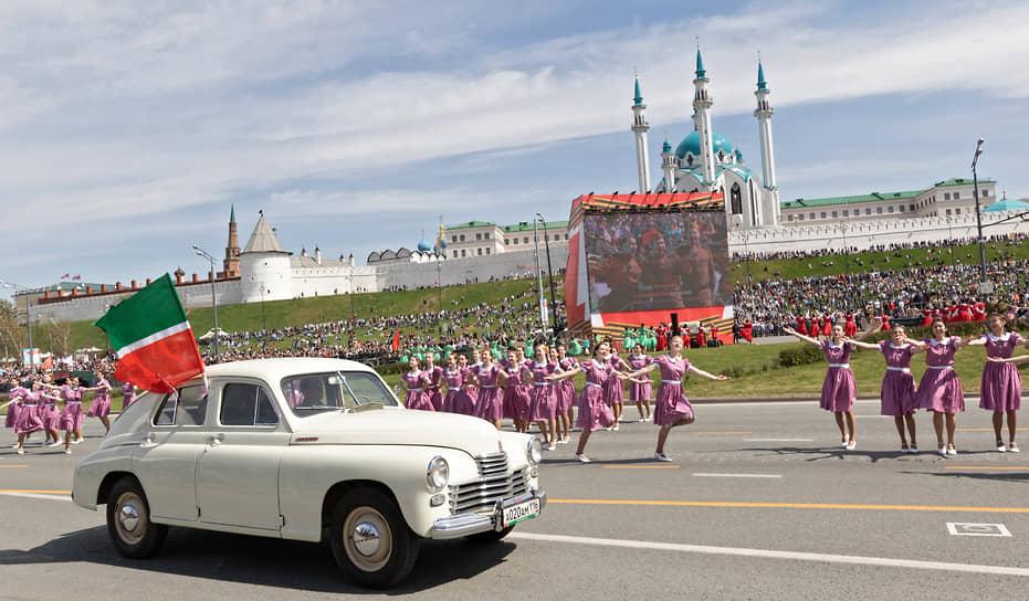 Казань. Участники пробега ретро-автомобилей и театрализованного представления в рамках парада