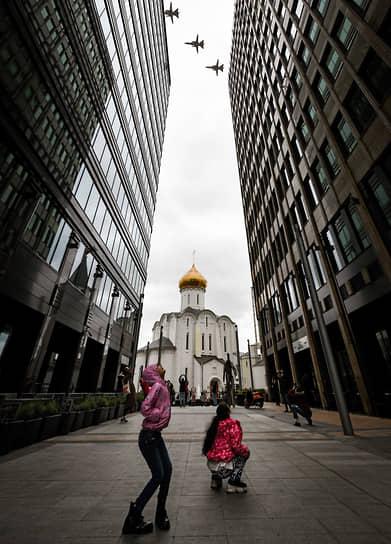 Москва. Пролет военной авиации над Белой площадью во время воздушной части парада