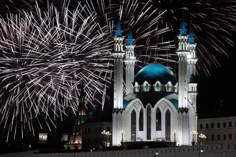 Салют в честь 76-й годовщины Победы на фоне Казанского Кремля