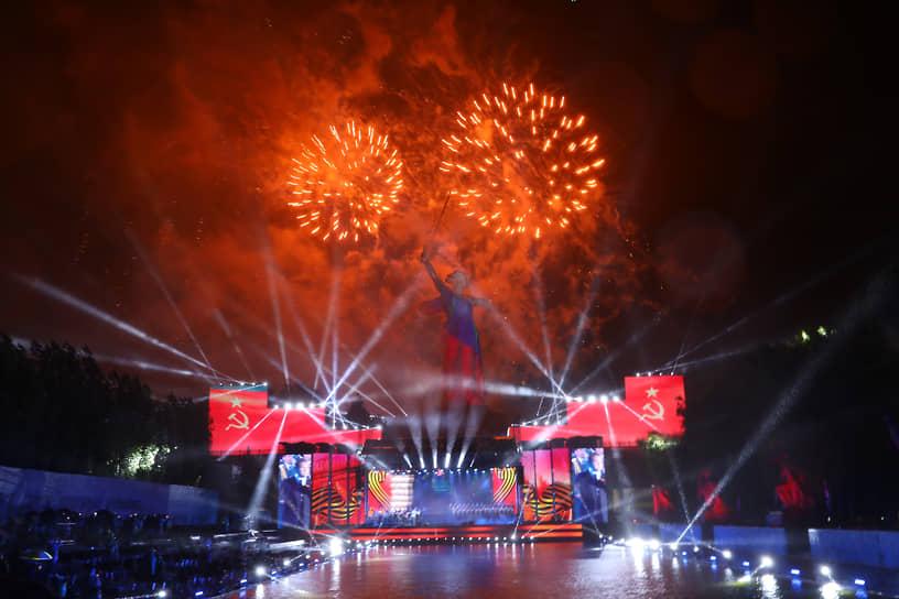 Гала-концерт и праздничный салют на Мамаевом кургане в Волгограде