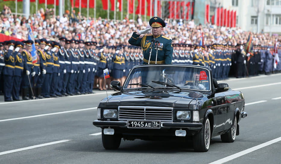 Самара. Командующий 2-й гвардейской армии, генерал-майор Андрей Колотовкин на параде Победы