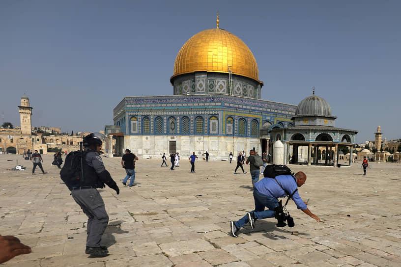 7 мая стычки между израильскими полицейскими и арабами произошли сразу в двух местах — у Храмовой горы и в районе Шейх-Джаррах, где в соответствии с решением израильского суда силовики приступили к выселению нескольких арабских семей