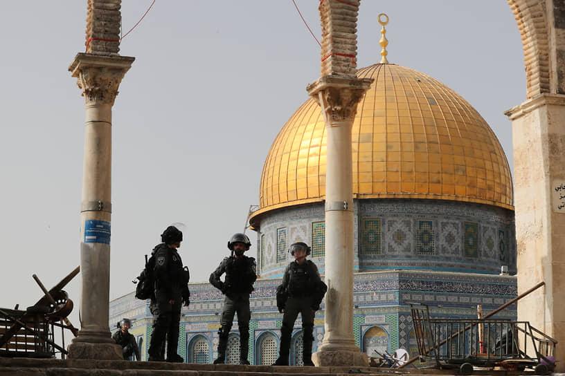 Агентство Wafa сообщило, что израильская полиция стянула крупные силы в район мечети аль-Акса, разместила снайперов в ее дворах