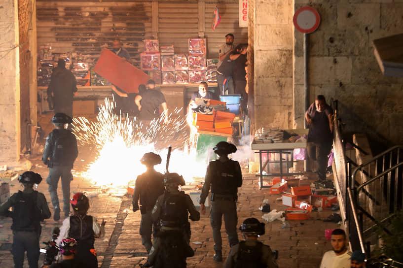 Во избежание столкновений полиция закрыла доступ евреям на Храмовую гору. В район Старого города переброшены тысячи бойцов полиции и пограничной полиции Израиля
