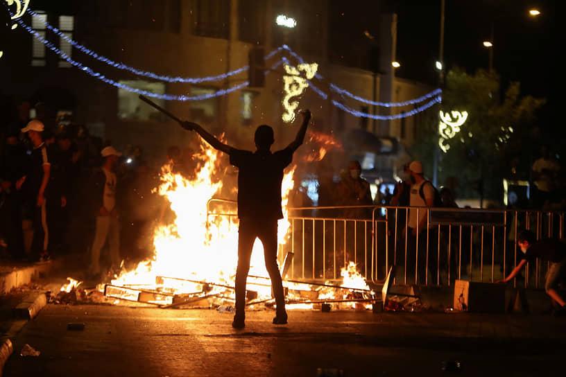 Премьер-министр Израиля Биньямин Нетаньяху обвинил мировые СМИ в искаженном освещении событий в Восточном Иерусалиме. «Сейчас идет противостояние в самом сердце Иерусалима. В этом нет ничего нового, это борьба между нетерпимостью и терпимостью, между идущим вразрез с законом насилием и законом и правопорядком»,— сказал он
