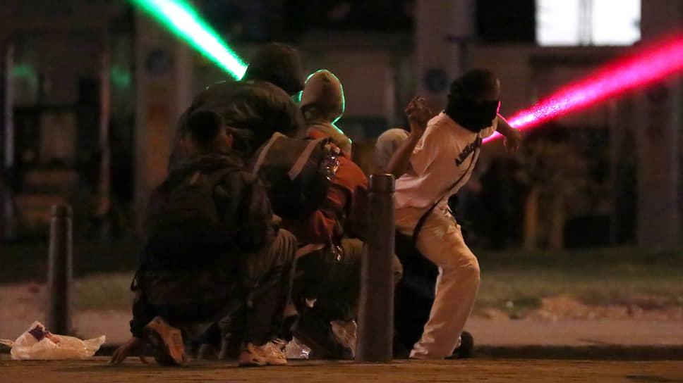 Богота, Колумбия. Участники акции против полицейского насилия и социального неравенства