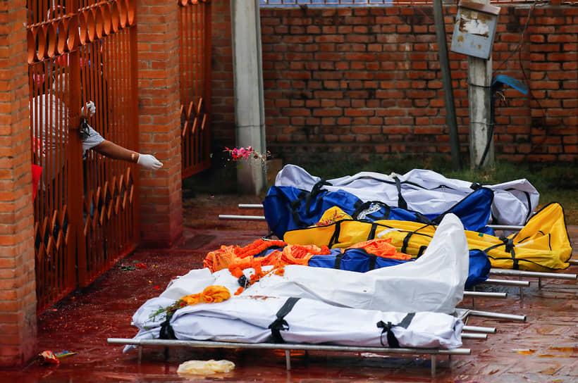 Катманду, Непал. Тела умерших от коронавируса на территории крематория