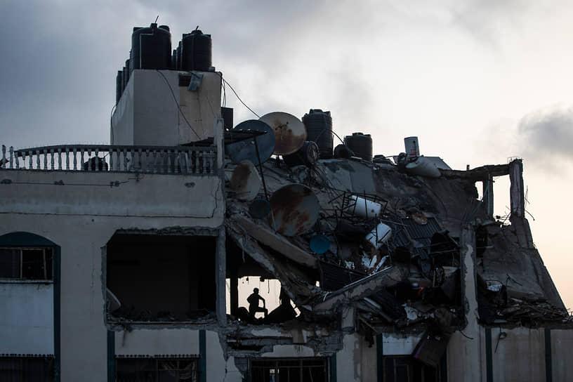 Разрушенное при авиаударе здание в лагере беженцев в секторе Газа