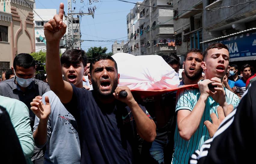 Из СМИ известно, что власти Израиля отклонили традиционное предложение Египта выступить в качестве посредника на переговорах с «Хамасом» о прекращении огня<br> На фото: похороны убитого при израильской бомбардировке палестинца в лагере беженцев в секторе Газа