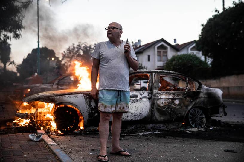 Сожженная во время беспорядков машина в израильском Лоде