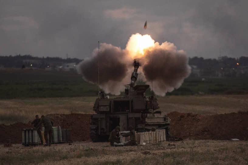 Израильская артиллерия ведет огонь по целям в секторе Газа, 17 мая