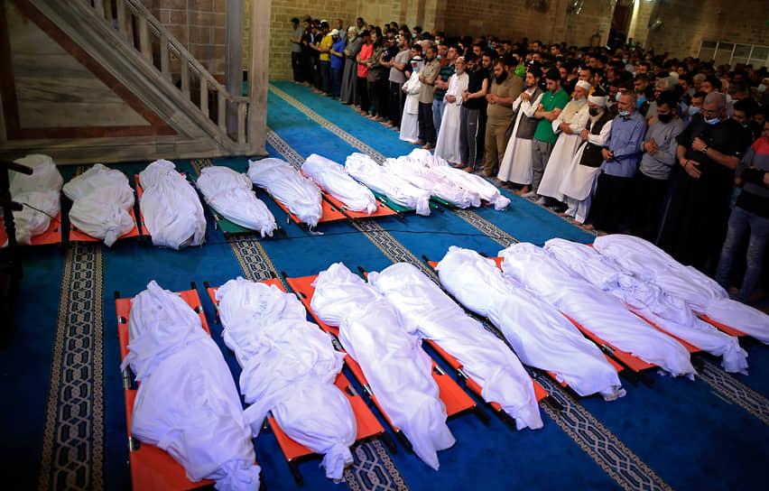 Похороны 17 палестинцев, погибших в результате ночных израильских авиаударов в сектора Газа 16 мая