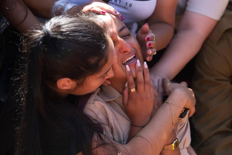 Друзья и родственники погибшего 21-летнего израильского солдата Омера Табиба во время его похорон