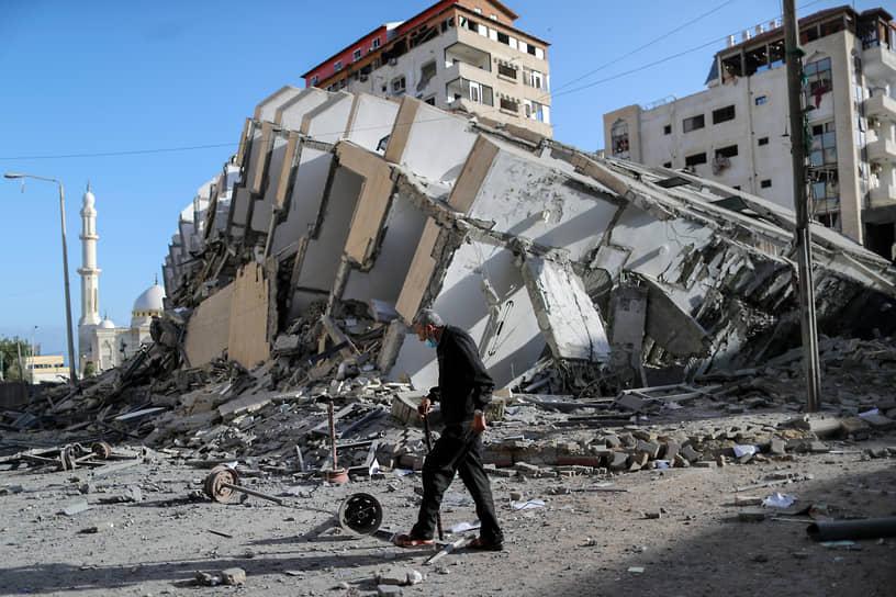 Взаимные бомбардировки Израиля и палестинских группировок из сектора Газа начались на фоне беспорядков в Иерусалиме и других городах, при которых пострадали несколько сотен человек <br>На фото: здание в секторе Газа, разрушенное при обстреле ВВС Израиля