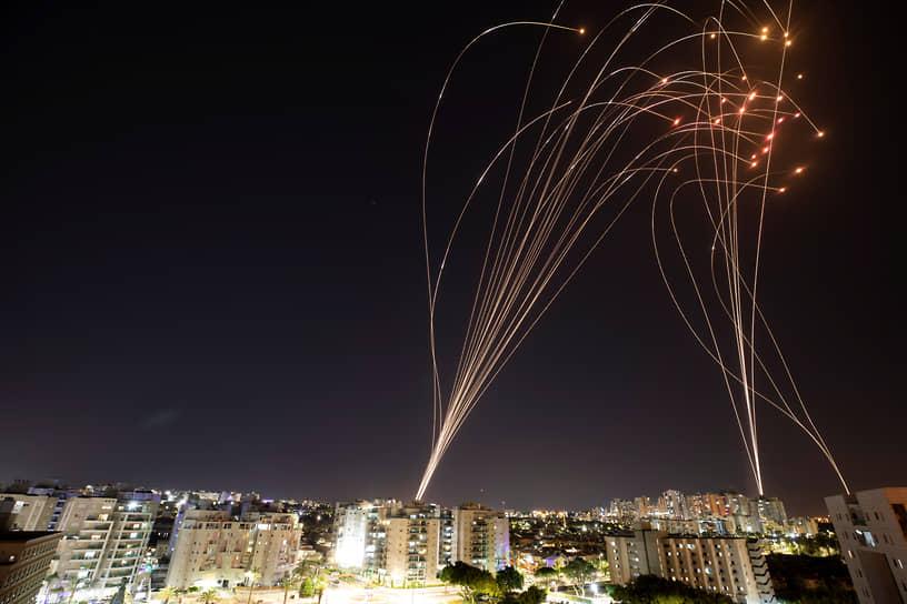 Утром 12 мая израильские военные заявили, что всего с начала обострения по Израилю из сектора Газа было выпущено более тысячи ракет<br> На фото: израильская система ПРО «Железный купол» сбивает палестинские ракеты