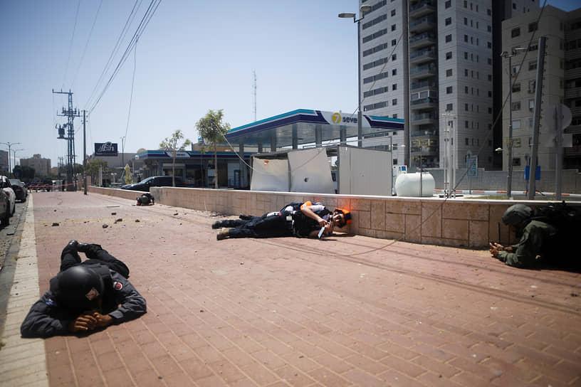 По данным израильской стороны, в ходе обстрелов погибли пять человек (по двое — в Лоде и Ашкелоне и один в — Ришон Ле-Ционе). Пострадали более 200 израильтян<br> На фото: воздушная тревога в израильском Ашкелоне