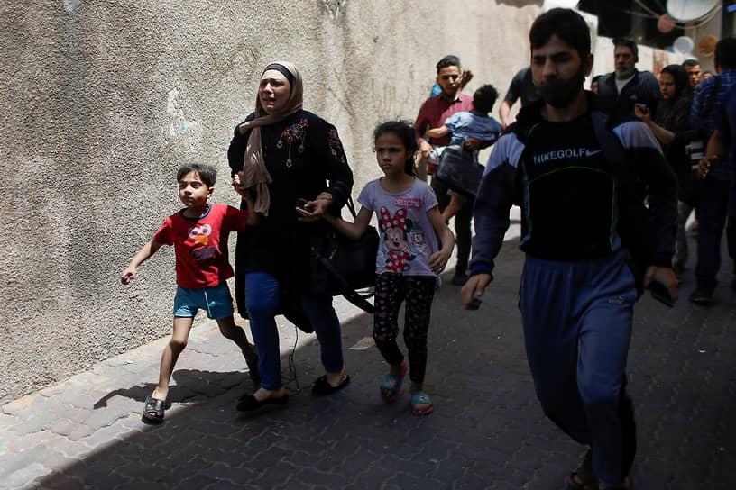В результате израильских ударов в секторе Газа погибли более 40 человек, около 700 получили ранения<br> На фото: эвакуация местных жителей в секторе Газа
