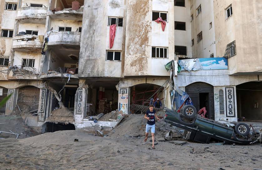 Израильтяне заявили о планах расширения военной операции. О наземной фазе речи пока не идет, но израильская армия начала призыв 5 тыс. военнослужащих резерва, а также восьми рот резервистов пограничной полиции (МАГАВ)<br> На фото: последствия израильского авиаудара в секторе Газа