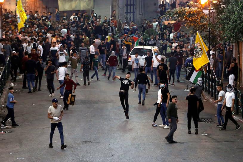 Предыдущая масштабная военная операция в Газе («Нерушимая скала») проводилась летом 2014 года и продолжалась почти полтора месяца<br> На фото: палестинские протестующие во время столкновений с израильскими силовиками в Хеброне