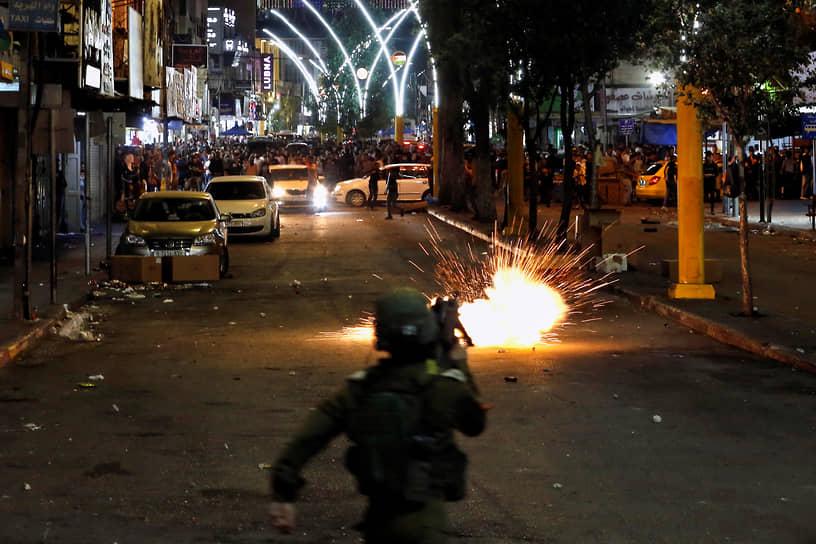 Армия Израиля заявила, что ликвидировала ключевые фигуры разведки «Хамаса»: главу отдела безопасности военной разведки Хассана Каоджи и его заместителя главу контрразведки Вали Иссу<br> На фото: беспорядки в Хеброне на Западном берегу реки Иордан