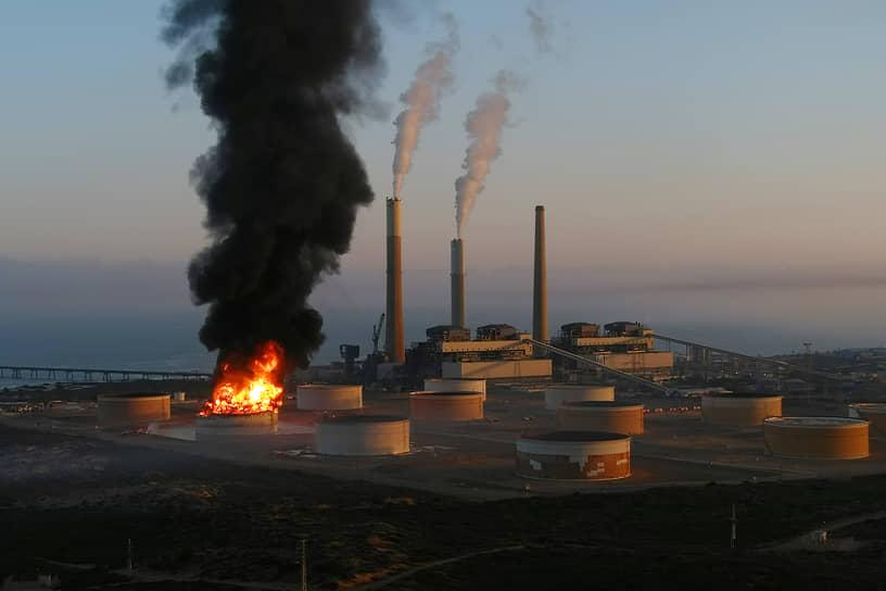 Пожар на нефтепроводе после авиаударов в районе израильского Ашкелона