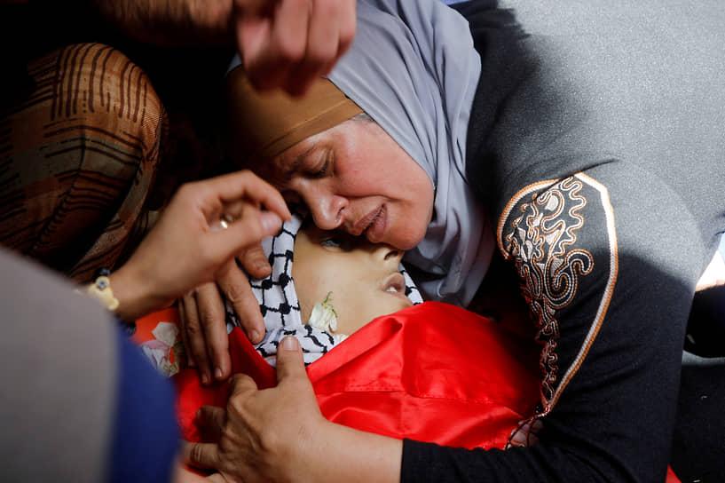 Аккаба, Западный берег реки Иордан. Палестинская женщина оплакивает погибшего сына