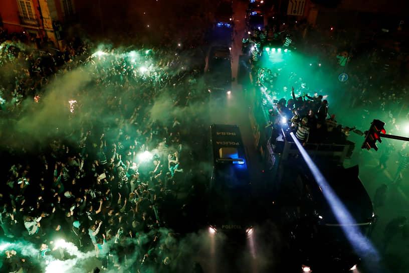 Лиссабон, Португалия. Футбольные фанаты празднуют победу