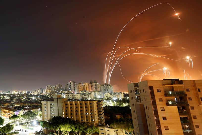 Ашкелон, Израиль. Израильская система ПРО «Железный купол» отражает удар палестинских ракет