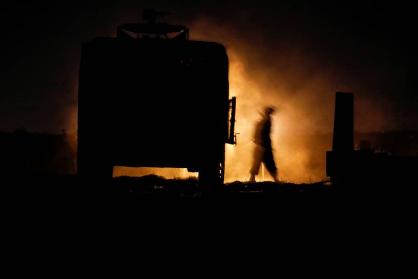 Военнослужащий израильской мобильной артиллерийской части на границе