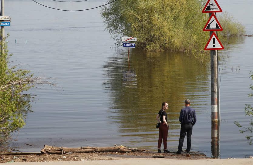 Нижний Новгород, Россия. Затопленные дорожные указатели у паромной переправы