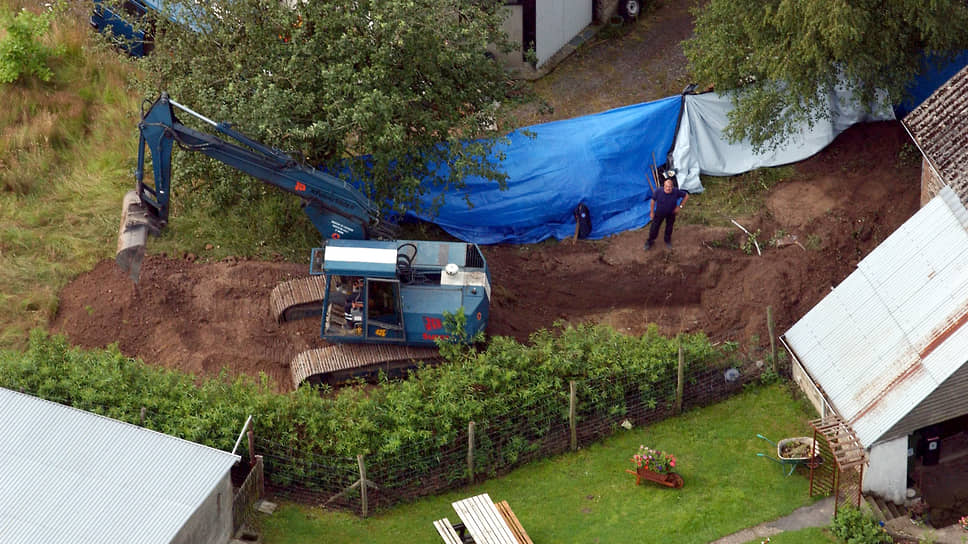 Police search for the body of one of Michel Furnier's victims at the site of his home in Sarthe-Custine, Belgium.  2004 year