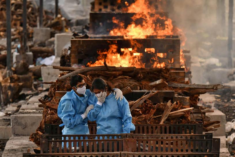 Бангалор, Индия. Родственники оплакивают умершего от коронавирусной инфекции