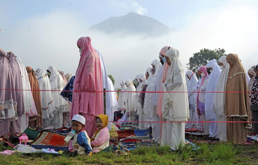Джамби, Индонезия. Верующие мусульмане во время молитвы