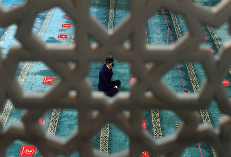 После намаза мусульмане накрывают столы, приглашают гостей или сами навещают родственников<br> На фото: намаз в Московской cоборной мечети