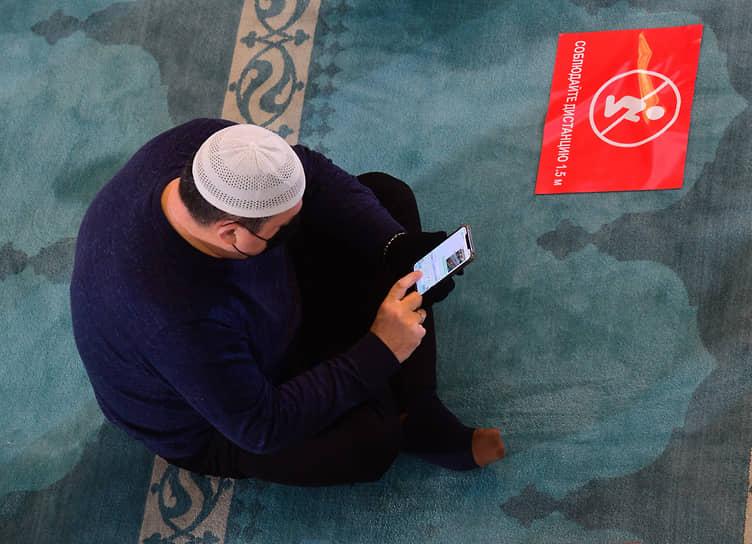 В этот день также принято посещать кладбища<br> На фото: намаз в Московской cоборной мечети