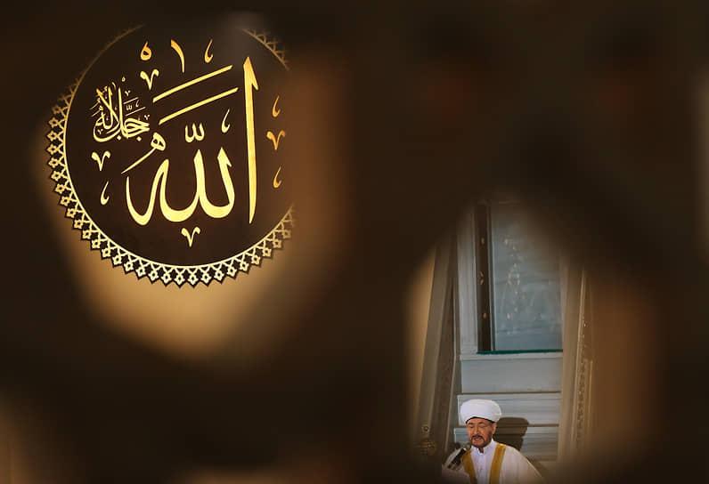 Председатель Совета муфтиев России Равиль Гайнутдин в Московской соборной мечети