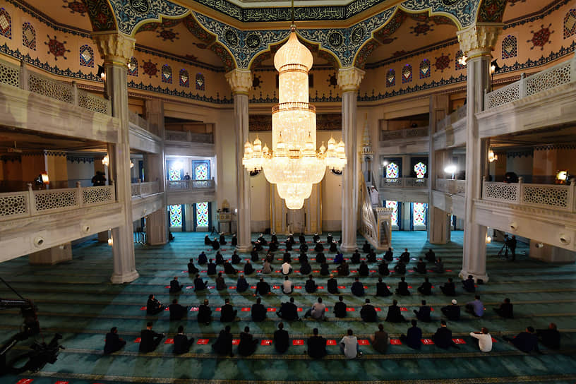 Верующие во время намаза в здании Московской cоборной мечети