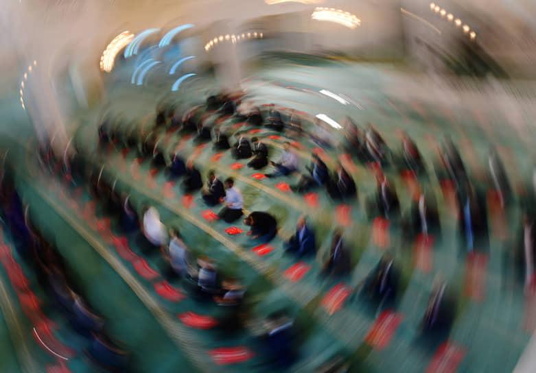 Накануне праздника мусульмане наводят порядок в доме и совершают полное омовение<br> На фото: намаз в Московской cоборной мечети
