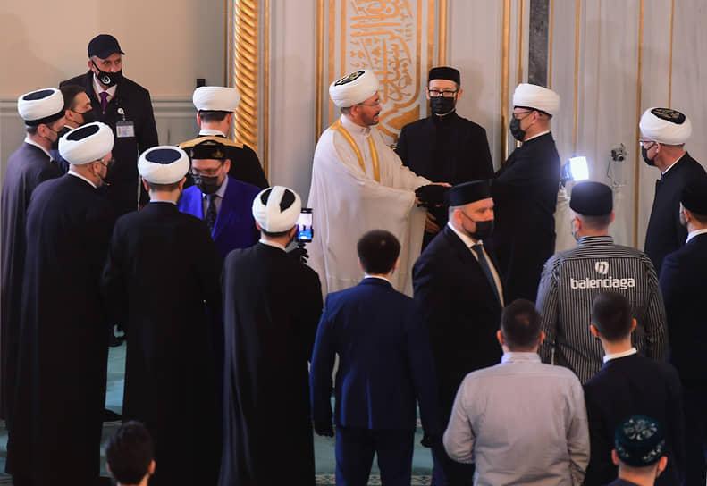 Председатель Совета муфтиев России Равиль Гайнутдин (в центре) с верующими в Московской соборной мечети