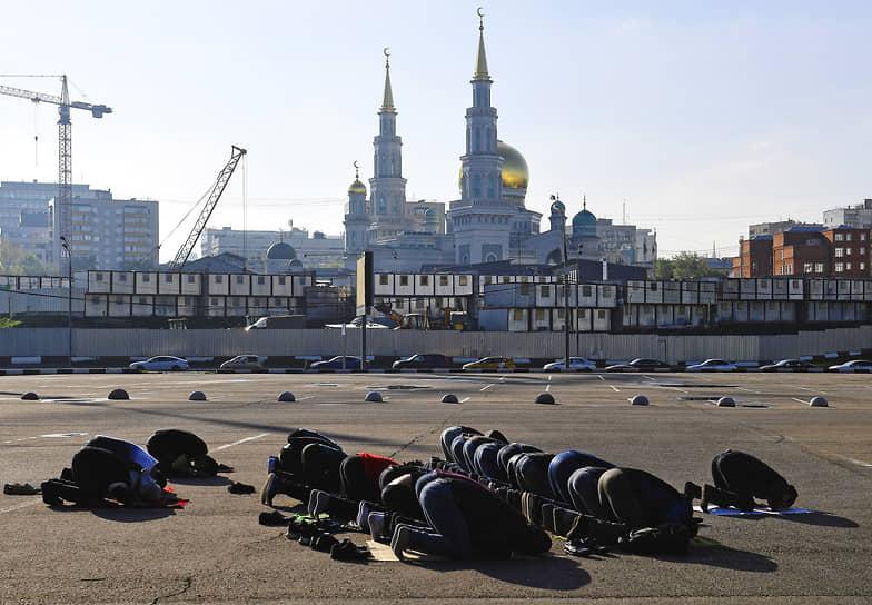 Москва, Россия. Верующие мусульмане во время намаза у Московской соборной мечети