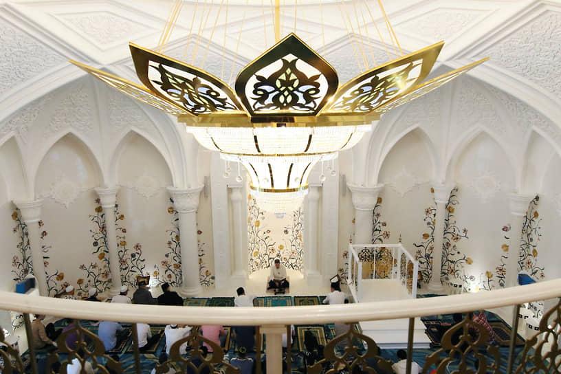Верующие во время намаза в мечети «Ирек» в Казани