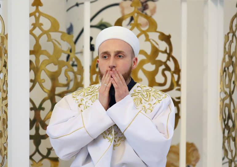 Священнослужитель во время намаза в мечети «Ирек» в Казани