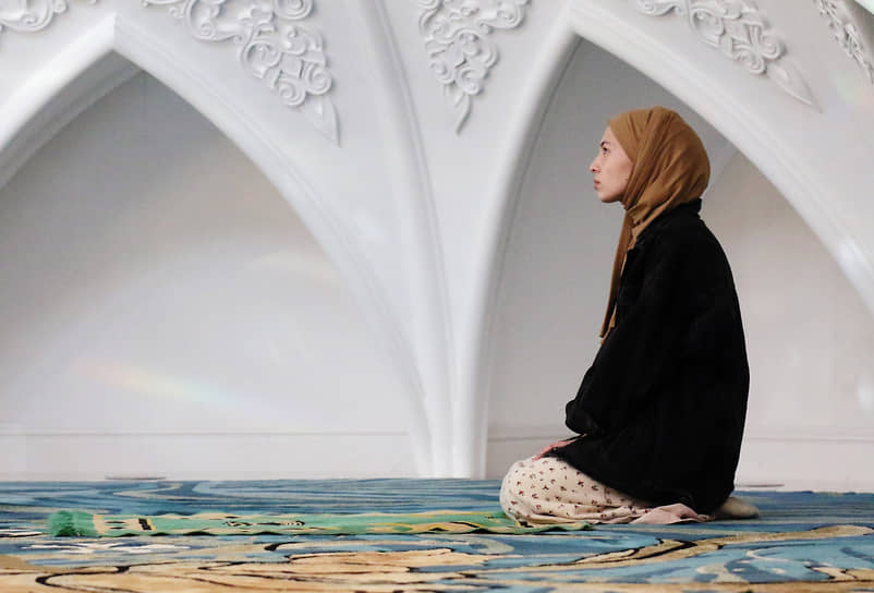 Верующая во время намаза в мечети «Ирек» в Казани