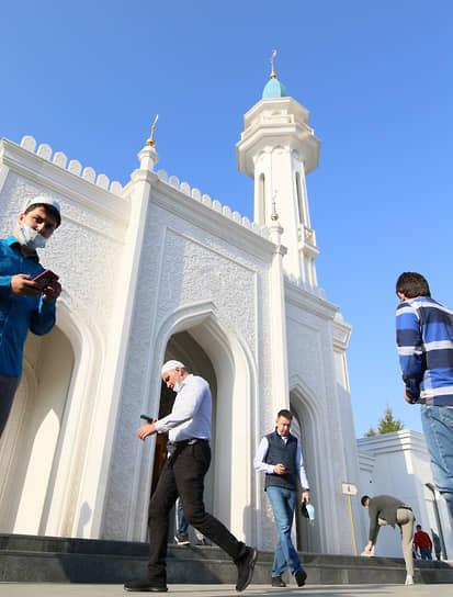 Верующие перед началом намаза у казанской мечети «Ирек»