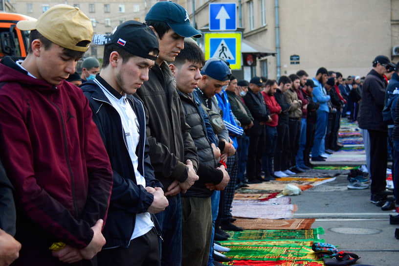 Верующие у Санкт-Петербургской соборной мечети