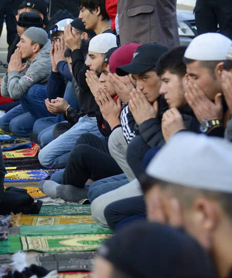 Верующие во время намаза у Санкт-Петербургской соборной мечети