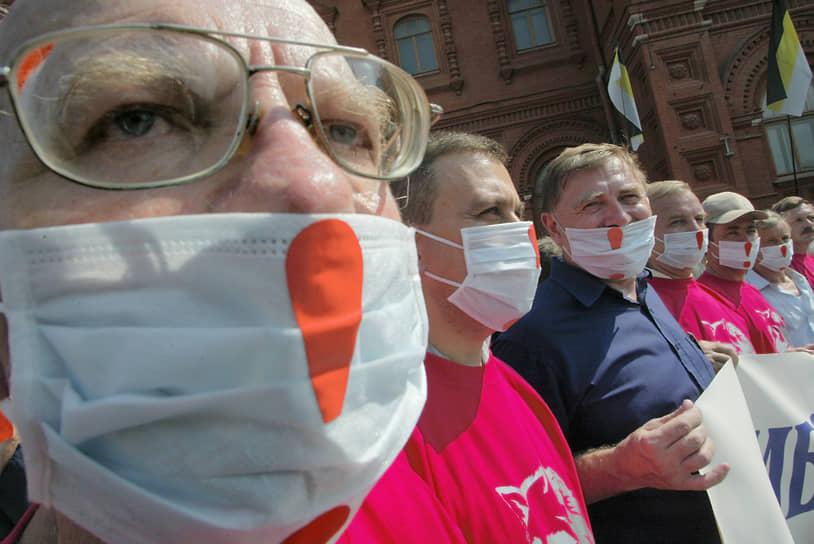 С 2004 года начались протесты против законопроекта о монетизации льгот. Одной из первых масштабных акций стал трехтысячный митинг чернобыльцев 29 июля в Москве