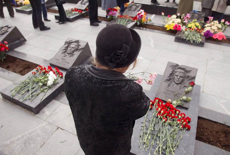 До ноября 1995 года чернобыльцы получали единую пенсию. Она была установлена законом «О социальной защите граждан, подвергшихся воздействию радиации вследствие катастрофы на Чернобыльской АЭС». Но в ноябре 1995 года в связи с введением поправок к закону единую пенсию разбили на две. Первую чернобыльцы должны были получать как инвалиды, а вторую — как участники ликвидации аварии. Правительство обязало Минфин в течение трех месяцев провести перерасчет пенсий. Однако вовремя это сделано не было