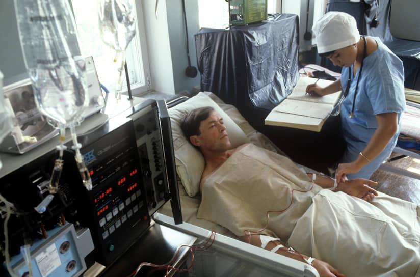В первоначальных работах по ликвидации последствий аварии в 1986-1987 годах принимали участие 350 тыс. человек, общее число ликвидаторов оценивается в 600 тыс. человек <br>На фото: осмотр пациента, пострадавшего в результате аварии на Чернобыльской АЭС, 1986 год