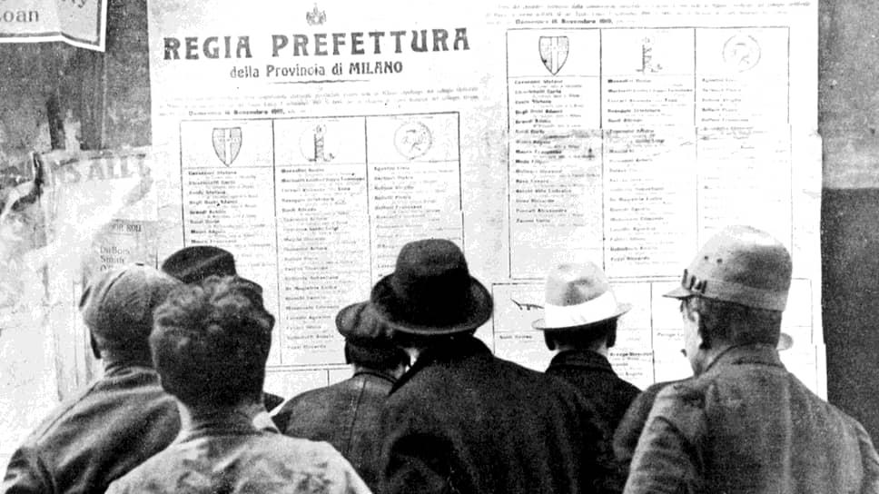 Первые послевоенные выборы в Италии. Миланские избиратели изучают списки кандидатов. Больше всего голосов будет отдано за тех, чьи фамилии перечислены в правой колонке — за социалистов